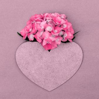 Ortensia rosa con cuore e copia spazio per il design.