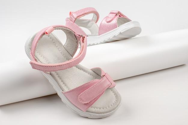 Sandali isolanti rosa sandali rosa per bambini con suola bianca e chiusure in velcro isolate su...