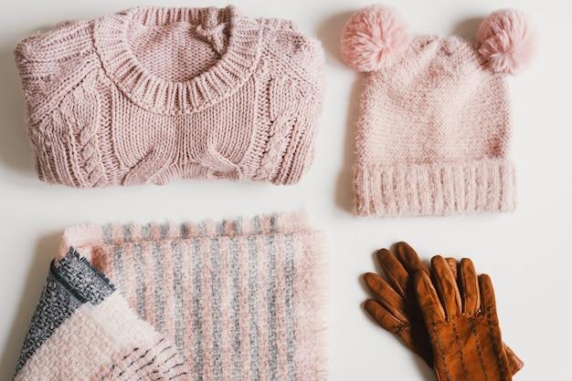 Cappello lavorato a maglia rosa con divertenti pompon maglione fatto a mano sciarpa di lana e guanti in pelle scamosciata