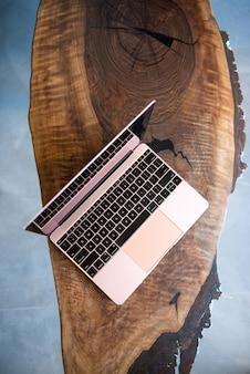 Computer portatile rosa su un bellissimo tavolo di legno