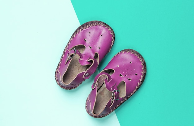 Sandali per bambini in pelle rosa su blu