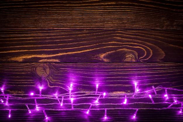 Luci rosa su fondo in legno