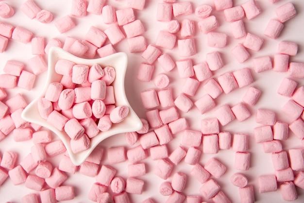 Marshmallow rosa in una ciotola a forma di stella per san valentino
