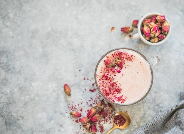 Latte matcha rosa con latte. bevanda alla moda. bevanda di natale
