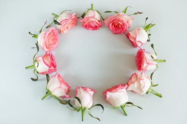 Sfondo floreale rosa pallido con rose