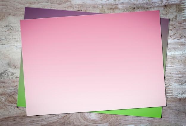 Carta rosa e spazio per il testo su fondo di legno marrone