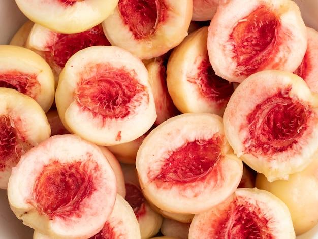 I peperoni rosa vengono snocciolati e tagliati verso l'alto.