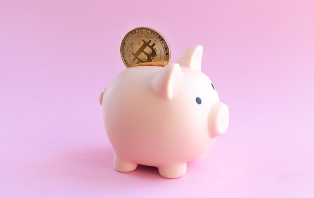 Salvadanaio rosa e primo piano moneta bitcoin bitcoin