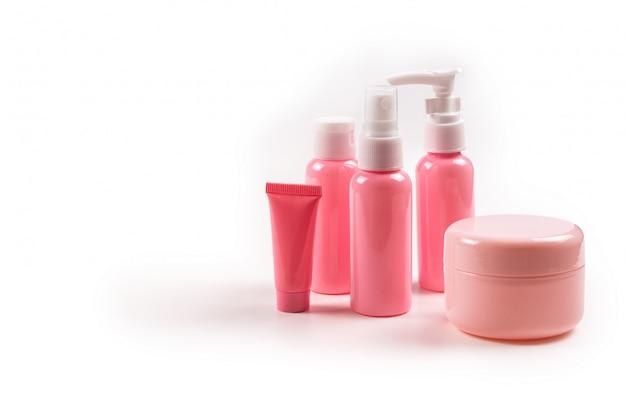Bottiglie di plastica rosa per prodotti per l'igiene, cosmetici, prodotti per l'igiene su uno sfondo bianco. copia spazio.