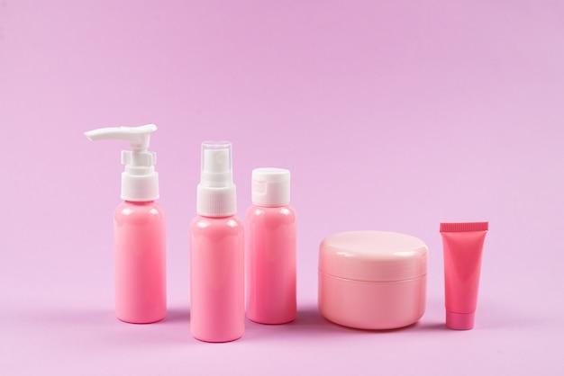 Bottiglie di plastica rosa per prodotti per l'igiene, cosmetici, prodotti per l'igiene.