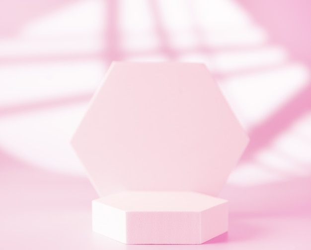 Podio rosa per la presentazione del prodotto su sfondo astratto