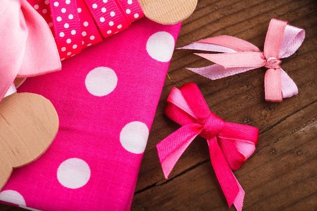 Nastro rosa a pois, tessuto e fiocchi per scrapbooking