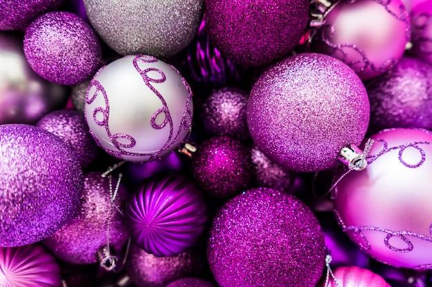 Ornamenti palla di natale rosa e viola