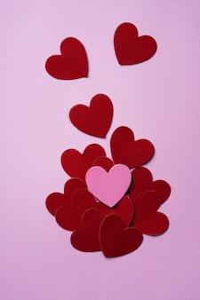 Cuori rosa e rossi. concetto di decorazione minimalista. lay piatto. vista dall'alto