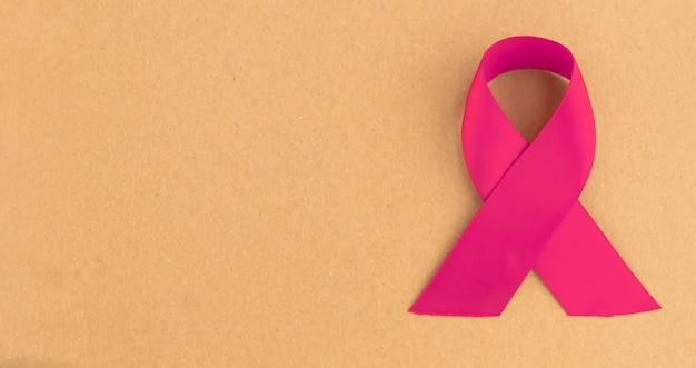 Nastro rosa per la consapevolezza del cancro al seno. banner con spazio di copia.