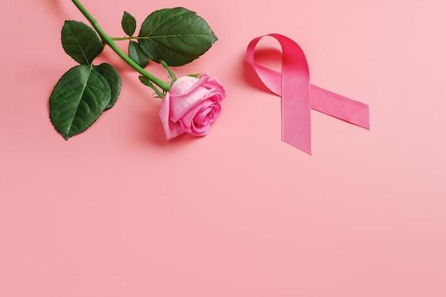 Nastro rosa e rosa su sfondo rosa. consapevolezza del cancro al seno
