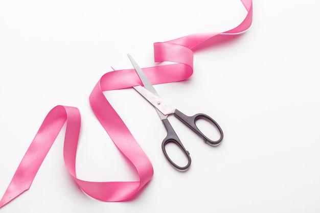 Nastro rosa con le forbici
