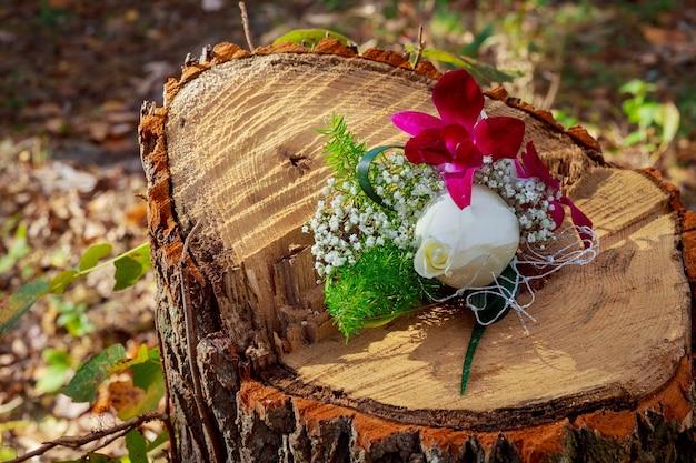 Fiore all'occhiello rosa rosa su abito nero fiore all'occhiello rosa rosa appuntato a uno sposo