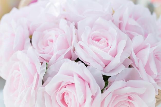 Bouquet di fiori di rosa rosa da vicino. rosa rosa realizzata con tessuto