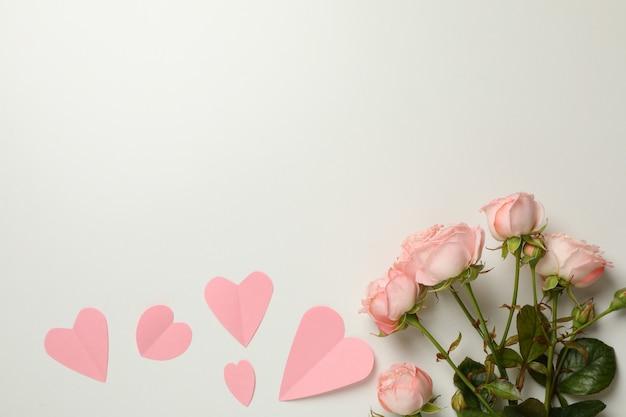 Rose rosa e cuori su sfondo bianco