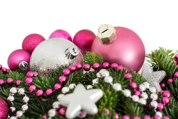 Bordo degli ornamenti di natale rosa e argento su bianco isolato