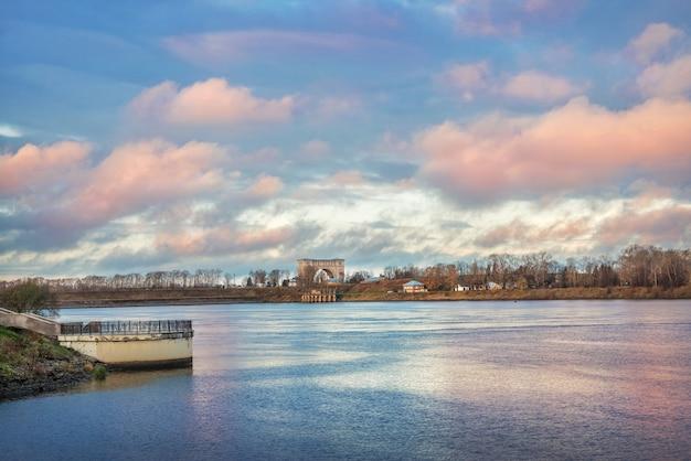 Cielo rosa sul fiume volga a uglich e una centrale idroelettrica