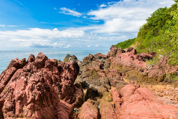 Pietra rosa (arkose, arkosic sandstone) vicino alla spiaggia, punto di vista in pietra rosa nella provincia di chantaburi
