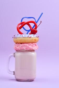 Freakshake alla fragola rosa con marshmallow e dolci.
