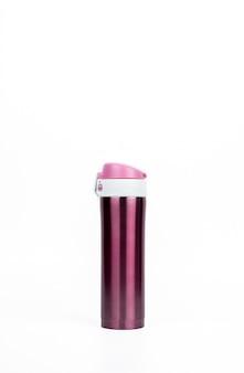 Bottiglia rosa del termos isolata su fondo bianco con lo spazio della copia