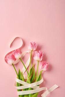 Mazzo di fiori di tulipano rosa su sfondo rosa