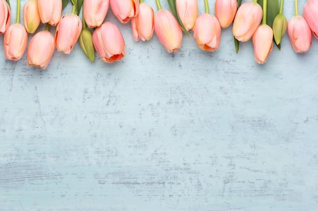 Tulipano rosa sulla superficie in legno d'epoca cartolina d'auguri di giorno della madre