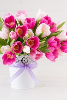 Tulipano rosa su bianco