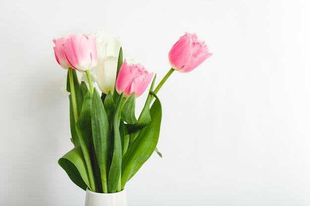 Bouquet di tulipani rosa su sfondo bianco con spazio di copia. bouquet di bellissimi fiori di tulipani primaverili rosa e bianchi