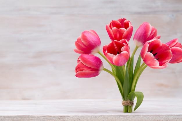 Tulipani rosa, fiori primaverili e decorazioni pasquali