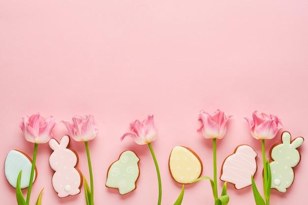 Tulipani rosa con uova di panpepato pasquale