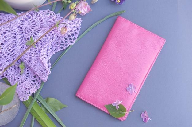 Portafoglio rosa, alla moda, piatto