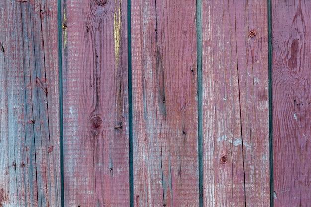 Parete in legno rosa fatta di vecchie tavole di pino