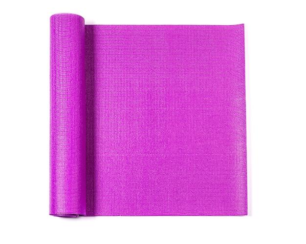 Tappetino yoga rosa isolato su bianco