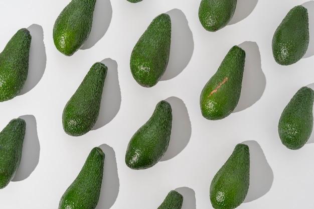 Un modello di posa piatta avocado pinkerton