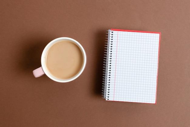 Appuntato varietà di note adesive di carta a colori vuote mock up utilizzate per il contenuto. accessori per quaderni di carta e materiale scolastico con telefono cellulare disposti su diversi sfondi piatti