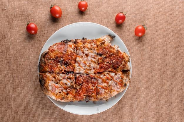 Pinsa romana cucina italiana gourmet. scrocchiarella. pinsa con peperoni, pomodori, formaggio.
