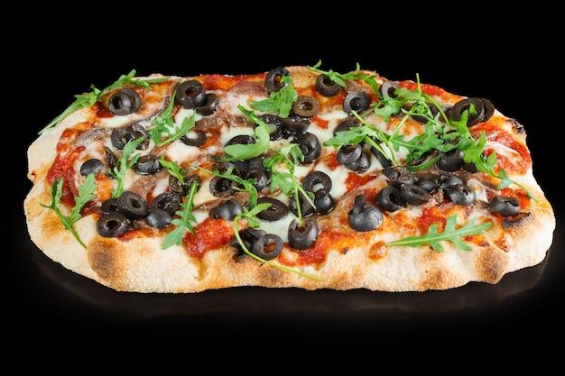 Pinsa romana gourmet cucina italiana. piatto tradizionale della scrocchiarella. pinsa con carne, rucola, olive, formaggio.