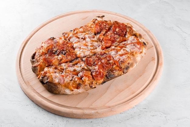 Pinsa romana cucina italiana gourmet su sfondo bianco. scrocchiarella. pinsa con peperoni, pomodori, formaggio.