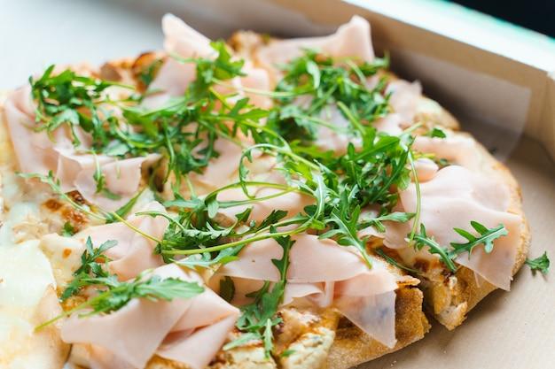 Pinsa romana con pera, formaggio, prosciutto. scrocchiarella. tenendo piatto tradizionale.