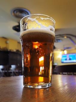 Pinta di birra inglese in un pub
