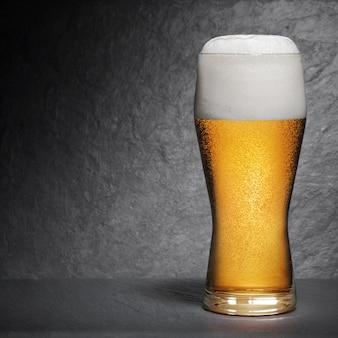 Pinta di birra fresca con schiuma