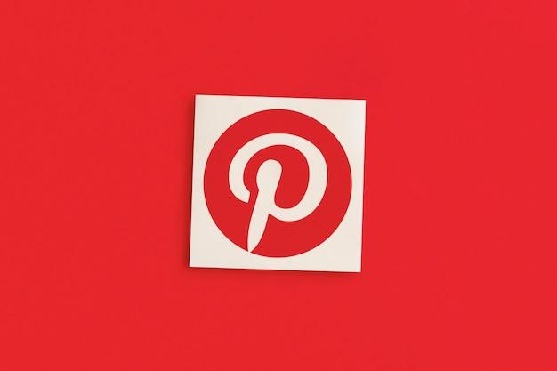 Logo pinterest su sfondo rosa