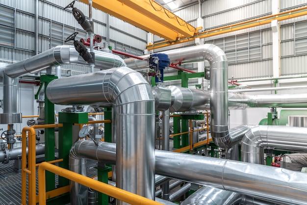 Conduttura e isolamento nella zona industriale, tubo del vapore nella centrale elettrica