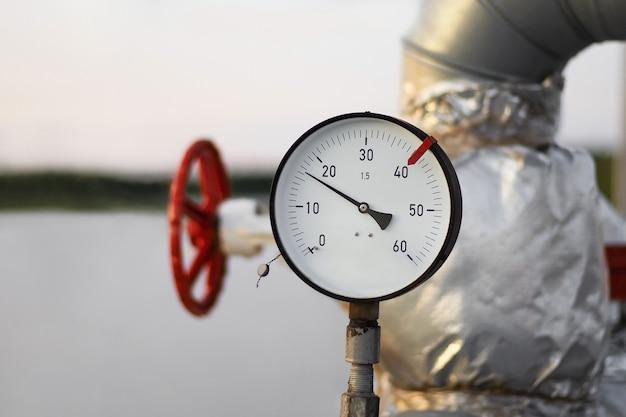 Il manometro della tubazione mostra la pressione di ingresso, primo piano