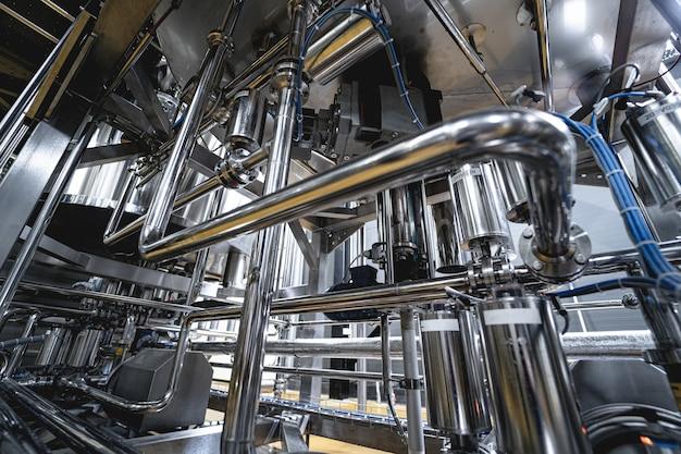Tubi e raccordi in un moderno birrificio artigianale
